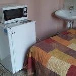 le frigo barre l'accès au lavabo