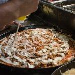 Pizza Tonno mit frischen Zwiebeln und reichlich Sauce