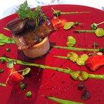 Escalope de Foie Gras de Canard Poêlée, Fèves, Petits Pois et Fraises Gariguettes, Sirop de Vin