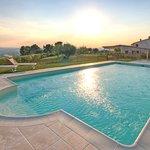 la piscina offre un panorama strepitoso   fino ai Monti della Laga è assolata fino al tramonto