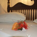 Blumengrüße auf dem Bett