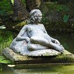 Statue sur un lac du parc