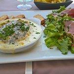 Camembert cuit au four, crème, lardons, jambon et salade