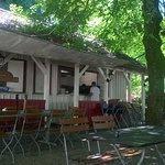 Im Schatten der alten Kastanienbäumen kann man wunderbar essen !