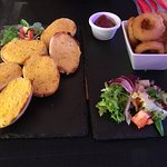 starter - garlic bread and onion rings with BBQ dip