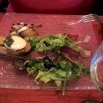 salade de chèvre chaud frais rôti sur toast aux herbes fraiches et magret de canard . il y a 4 t