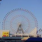 Rueda de la fortuna en la bahia de Osaka