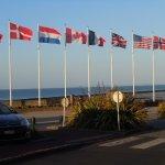 les drapeaux en face de l'hôtel (commémorations 40- 45)