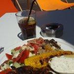 Assiette barbecue poulet + crudités + maïs grillé