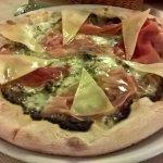 """""""La Dfttaus"""": pizza con crema di tartufo, mozzarella, prosciutto crudo, pecorino dolce e miele"""