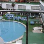 piscine exterieure avec une partie des bains de soleil