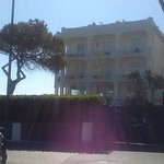 una delle facciate più belle dell'hotel l'edificio che da sul mare, ristrutturato dentro e fuori