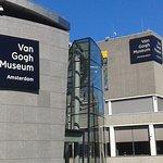 Está a unos pocos pasos del Van Gogh Museum y del Museumplein