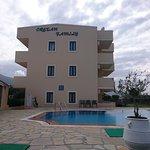 vue de l'hôtel et de sa piscine
