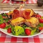 Salade de chèvre chaud éclat de noix et coulis de miel