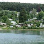Blick zum Hotel und Campingplatz von der gegenüberliegenden Teichseite