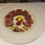 Tagliata di tonno in crosta di pistacchi di Bronte laccata al miele.