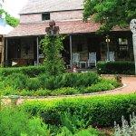 Photo de Fredericksburg Herb Farm - Sunday Haus Cottages