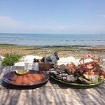 Assiette de saumon et de fruits de mer face à la....mer !