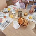 le petit déjeuner avec un buffet très complet et varié