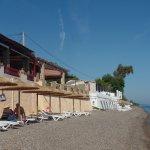 la spiaggia antistante l'hotel e la veranda del ristorante