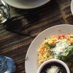 Breakfast: œuf brouillées, haricot noirs, salade, avocat