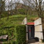 L'entrée du Musée est peu visible de l'extérieur. L'intégration paysagère au coeur de sa concept