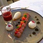Fraises et abricots frais, crémeux de fraise, sablé breton, sorbet mélisse citronnelle