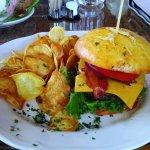 Házi zsemlében hamburger burgonya chips-el