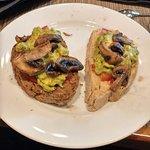 Pan de higo y pan de cerveza con champiñon, palta y tomate, área buffet