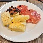 piña, pomelo y frutos secos, área buffet