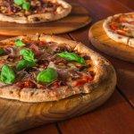 Prosciutto  – Tomato, mozzarella, prosciutto (Parma ham), mushrooms, olives and oregano