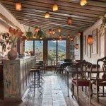 VISTA LINDA do bar e salão do Uaithai Tiradentes com deck e vista para a Serra.