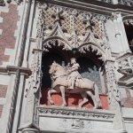 Il portale con statua equestre a Luigi XII
