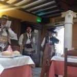 Actuación de un grupo folclórico, en el restaurante, durante la fiestas patronales