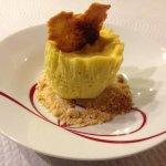 Espuma de abacate gelada com crocante de flocos de aveia e mandioca.