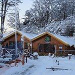 Refugio de montaña y Escuela de esquí en invierno