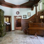 Hall z oryginalnymi starymi schodami i piecem