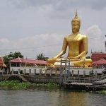 黄金色の仏像もあります。
