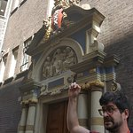Uri explicando historia de Amsterdam!!....gracias URIIII