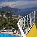piscina e panorama di Amalfi dall'hotel