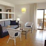 Apartamento 2 habitaciones. Zona de estar con acceso a la terraza vista mar