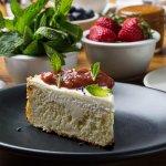 CHEESECAKE À LA ROSE Compote fraises - rhubarbe - verveine