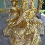 Blad gouden beelden bij de ingang van het Chinese huis.
