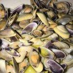 Un cannolo siciliano poi la fetta di cassata pesce arrosto è telline saporite .