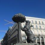 Estátua do urso e do medronheiro