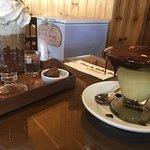 Chocolate quente e sorvete delíciosos
