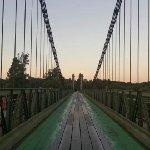 Le pont de Douelle. Le restaurant est dans le vieux Douelle, au pied du pont, à 30m.