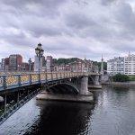 Vue de perspective du pont, sous un ciel chargé.