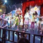 tiyatro da çocuk programı ; akşam sekizden sonra çocuklar sahnede eğleniyor.